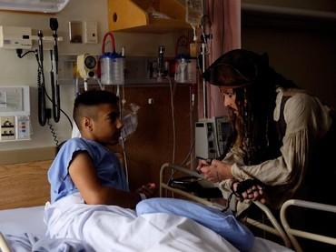 Captain Jack Sparrow serius banget mendengarkan cerita salah satu pasien. (Foto: Facebook/ BC Childrens Hospital Foundation)