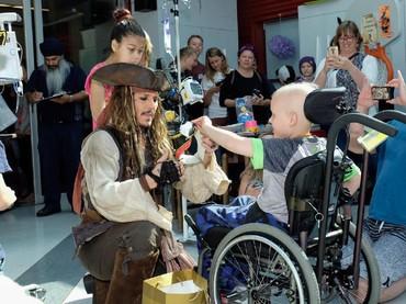 Asyik! Aku dapat aksesoris bajak laut dari Captain Jack Sparrow. (Foto: Facebook/ BC Childrens Hospital Foundation)
