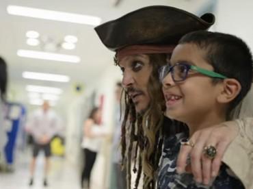 Pasti senang banget anak yang satu ini bisa ketemu Captain Jack Sparrow. (Foto: Youtube/ BC Childrens Hospital Foundation)