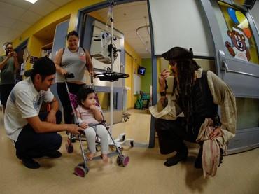 Senangnya! Lagi keliling naik stroller meski diinfus, eh ketemu Captain Jack Sparrow. (Foto: Facebook/ BC Childrens Hospital Foundation)