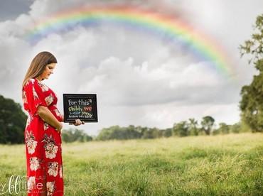 Gimana Bun maternity photoshoot si rainbow baby ini? Nggak kalah kece ya. (Foto: Instagram/ @britneylittlephotograpy)