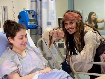Senang banget ya, Bun lihat senyum pasien ini mengembang saat dia dijenguk Captain Jack Sparrow. (Foto: Facebook/ BC Childrens Hospital Foundation)