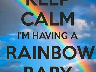 Pakai tulisan yang diawali Keep calm..., kehadiran rainbow baby pun bisa tersampaikan. (Foto: Instagram/ @modern_day_hippie)