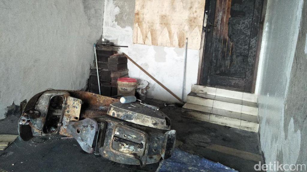 Honda Brio Terbakar di Rumah, Vespa Jadul Ikut Hangus