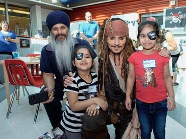 Di sela-sela pesta bajak laut, belum lengkap kalau nggak foto bareng Captain Jack Sparrow. (Foto: Facebook/ BC Childrens Hospital Foundation)