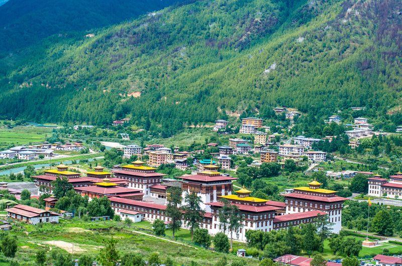 Berlokasi di Pegunungan Himalaya, Bhutan disebut sebagai negara ke-8 yang paling sulit dikunjungi di dunia. Soalnya, berkunjung ke negara ini harus menggunakan jasa dari operator travel Bhutan (BBC Travel)