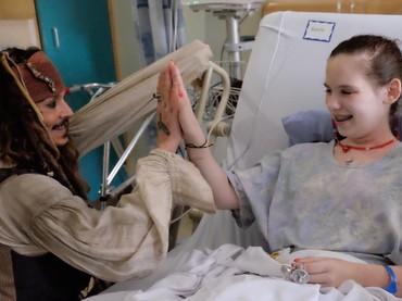 Tos yang dilakukan sama Captain Jack Sparrow bisa jadi penyemangat tersendiri buat pasien ini lho. (Foto: Facebook/ BC Childrens Hospital Foundation)