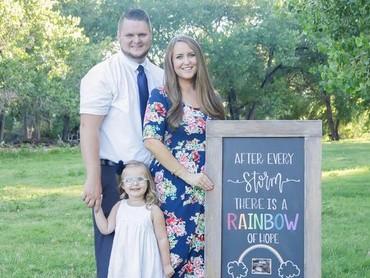 Rainbow baby adalah sebutan untuk bayi yang dikandung setelah sebelumnya ibu keguguran atau si bayi lahir mati . After every storm there is a rainbow of hope jadi ungkapan untuk hadirnya rainbow baby. Contohnya, seperti tulisan di papan maternity photoshoot ini, Bun. (Foto: Instagram/ @papayaphotographs)