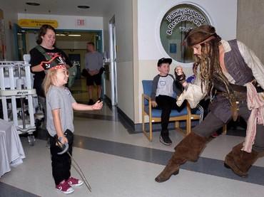 Wah, anak ini nggak takut lho ngajak bertarung Captain Jack Sparrow yang diperankan Johnny Depp. (Foto: Facebook/ BC Childrens Hospital Foundation)