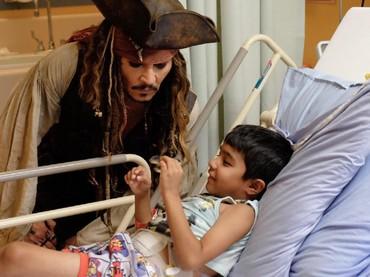 Depp juga mengajak ngobrol anak-anak yang dirawat di RS itu. (Foto: Facebook/ BC Childrens Hospital Foundation)