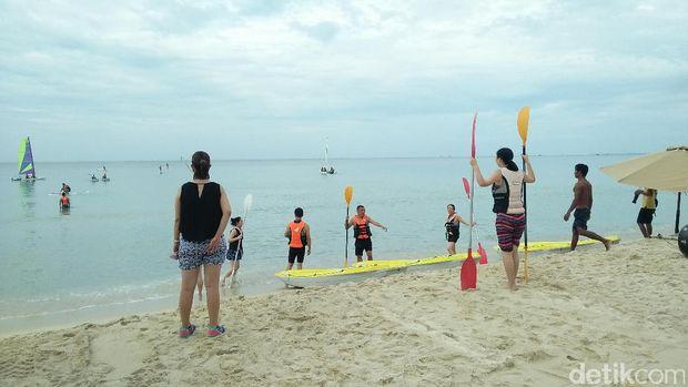 Pantai pribadi sambil main kayak di Club Med Bintan