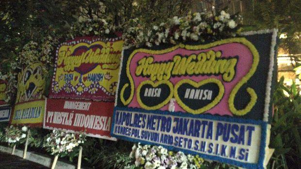Karangan Bunga dari Pejabat Sampai Polisi di Pernikahan Raisa
