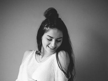 Ibu yang merupakan seorang blogger ini juga pernah mengalami depresi, tapi dengan melakukan hal-hal yang ia senangi, depresinya jadi hilang deh! (Foto: Mikaela Shannon Photography)