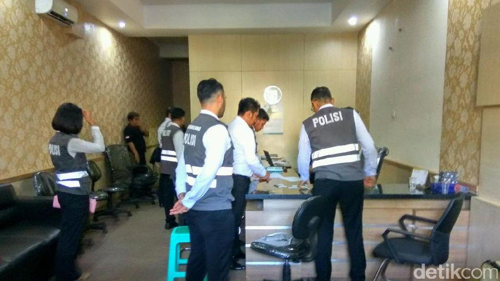 Polisi Geledah Kantor First Travel di Sidoarjo