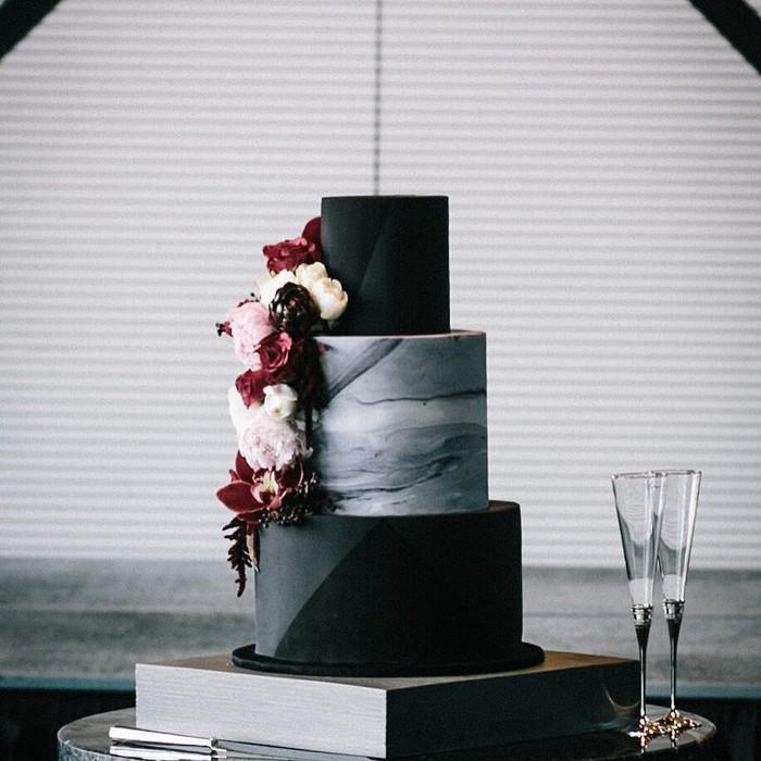 Wedding cake yang satu ini terlihat sangat elegan dengan beberapa warna turunan hitam, seperti metalik dan abu-abu gelap dengan tambahan ornamen hiasan bunga. Foto: Istimewa