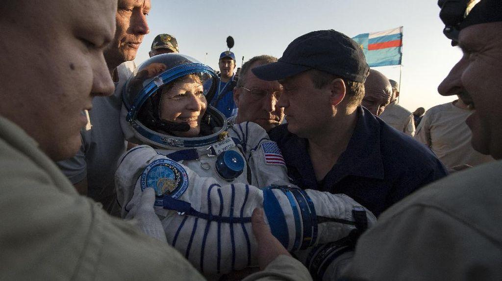 Astronaut Wanita Pemegang Rekor Tinggal Terlama di Antariksa Pulang ke Bumi