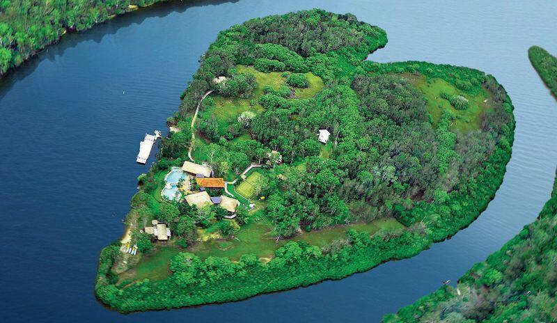 Makepeace Island, itulah nama pulau berbentuk hati ini. Pulau ini berada di Noosa River, Queensland, Australia. Inilah pulau pribadi milik bos Virgin, Richard Branson (Makepeace Island)