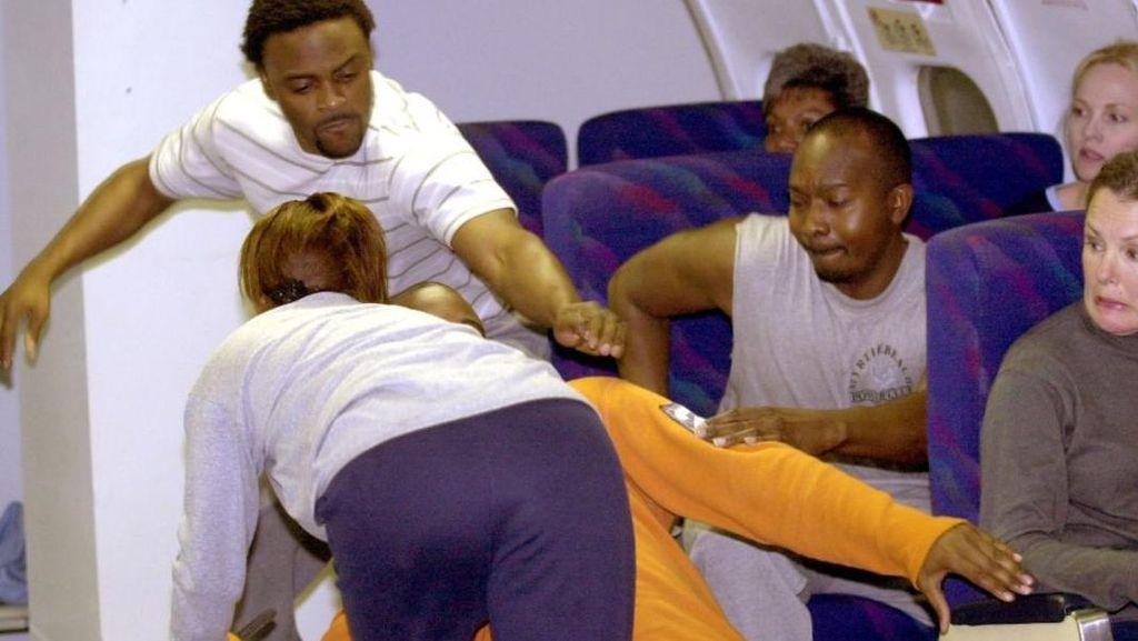 Raba Payudara & Aneka Kelakuan Penumpang Mabuk di Pesawat
