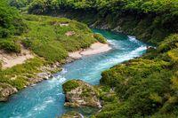 Sungai YOshino yang memiliki air toska jernih