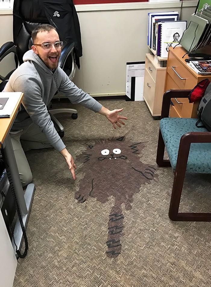 Kalau ini tumpahan wine di karpet. Agar nodanya tak terlihat jelek, pria ini menggambar pola tumpahan jadi kucing. Foto: Istimewa