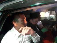 Ustaz Alfian Tanjung (berkopiah hitam) di dalam mobil yang membawanya ke Bandara Juanda