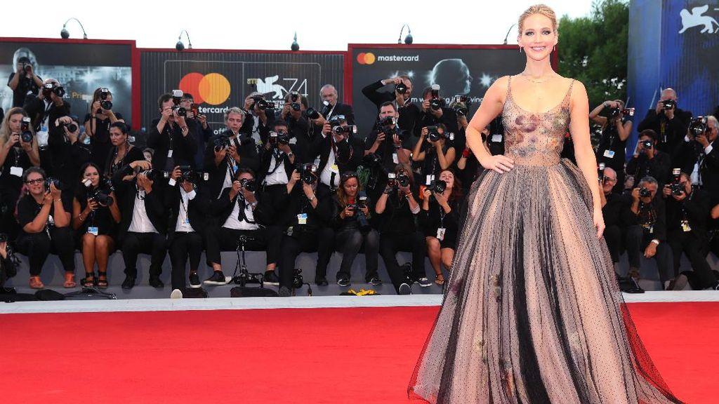 Foto: Fabulous! Adu Gaya Selebriti di Red Carpet Venice Film Festival