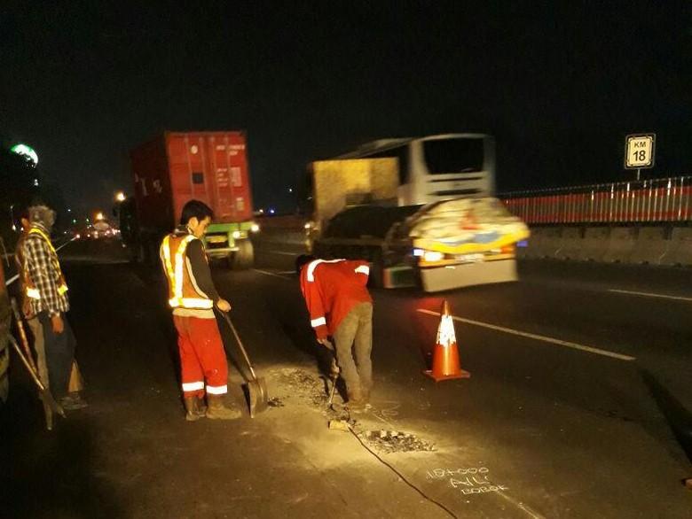 Ada Perbaikan Jalan, Tol Karawang Barat-Cikampek Padat Dini Hari