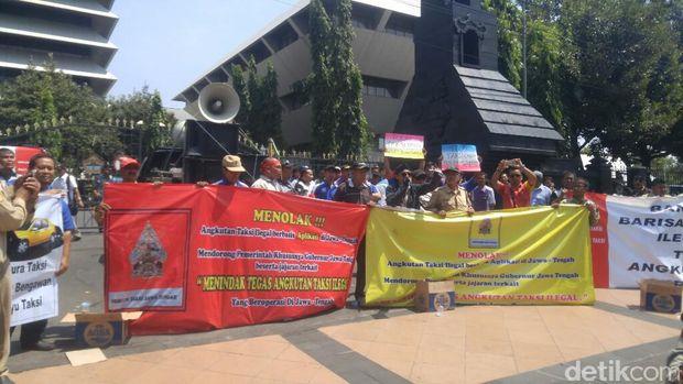 Ratusan Sopir Taksi Gelar Aksi di Semarang Soal Angkutan Online