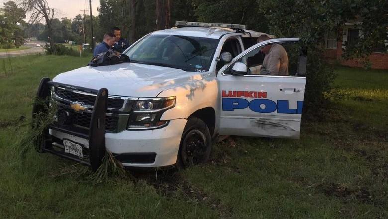 Berani-beraninya Cewek Ini Curi Mobil Polisi