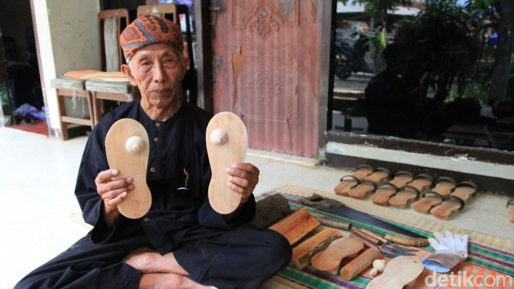 Ini Souvenir Khas dari Kampung Adat Cikondang