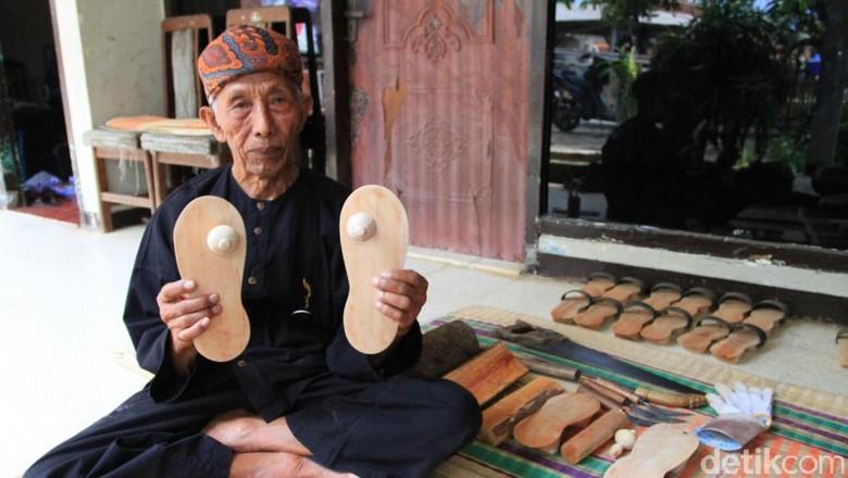 Ilin, dan hasil karyanya di Kampung Adat Cikondang (Wisma Putra/detikTravel)