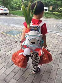 Anak kecil yang dibawakan segudang makanan oleh ibunya.