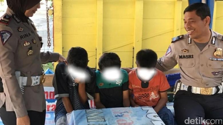 3 Bocah Naik Motor Ditilang Polisi, Menangis saat Dijemput Orang Tua