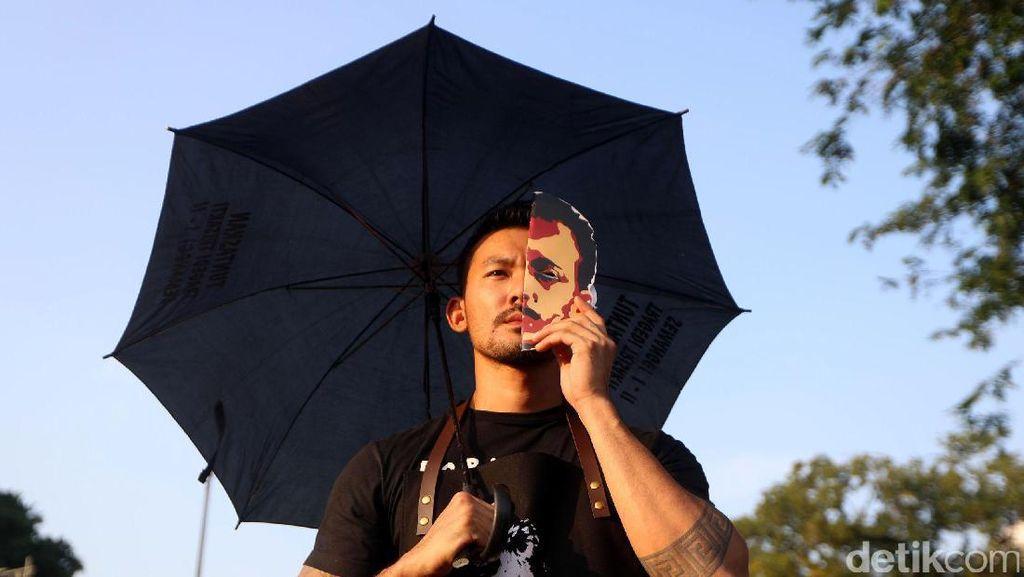 Rio Dewanto Bagikan 200 Gelas Kopi di Aksi Demo Munir