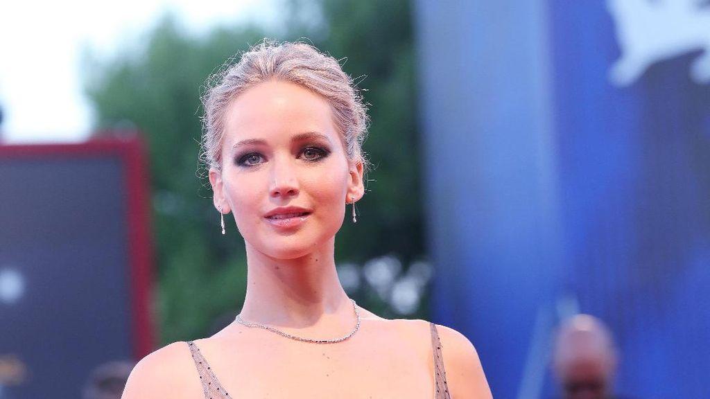 Wow, Gaun Seksi Jennifer Lawrence Ini Dibuat 350 Jam