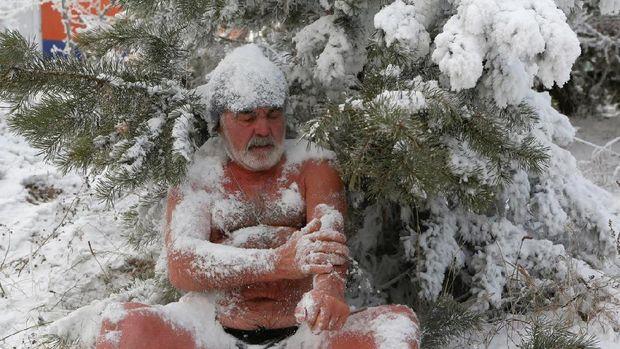 Tak hanya pemanasan, mereka kadang melumuri diri dengan salju
