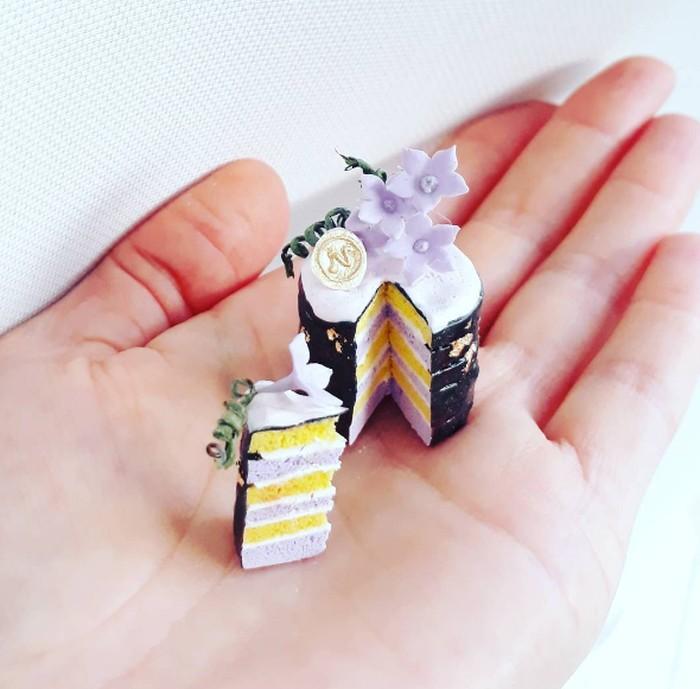 Blueberry cake ini tampil dengan hiasan bunga cantik yang dibuat dari icing sugar, dengan lapisan kue berwarna ungu muda dan kuning yang membuat kue mini ini terlihat sangat indah. Foto: Istimewa