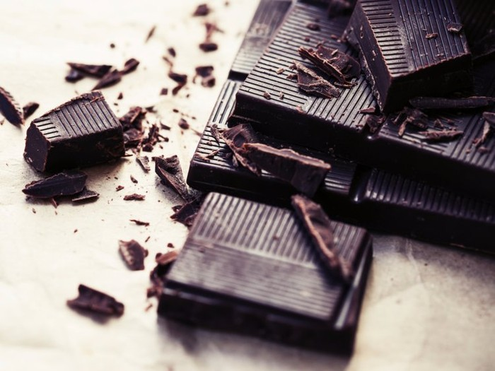 Doyan cokelat? Rutinlah makan dark chocolate agar kulit sehat. Kandungan flavonoid yang tinggi dalam kakao bantu melembutkan sekaligus menghidrasi kulit. Foto: Istimewa
