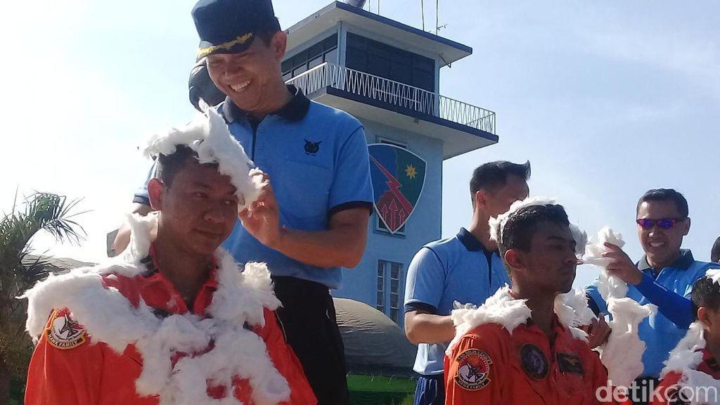 Pilot Baru di Lanud Iswahyudi Disiram Air Kembang Gunung Lawu