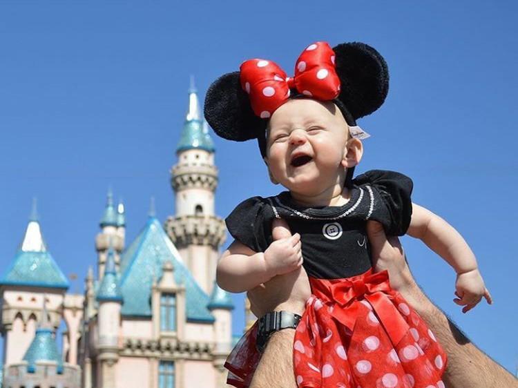 Hore! Minnie Mouse cilik senang banget diajak ke Disneyland! (Foto: Instagram @elyse_and_aurora)