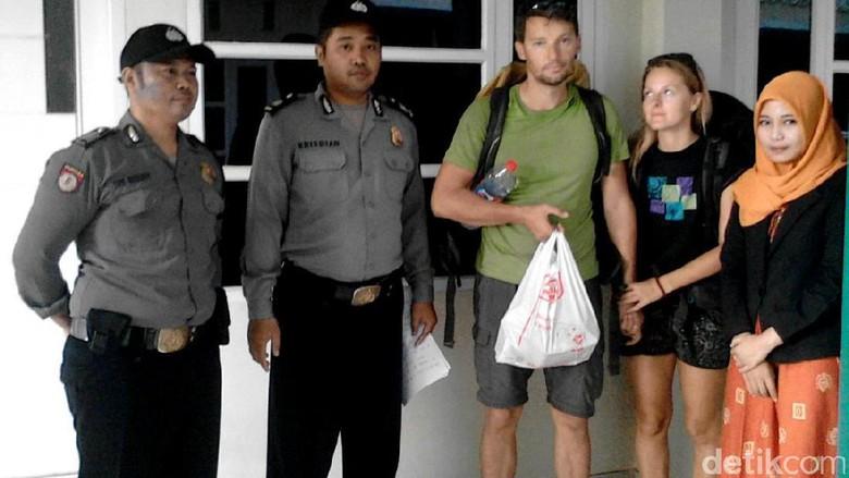 2 Turis Bule Kehabisan Ongkos Di Pekalongan, Kok Bisa Sih?
