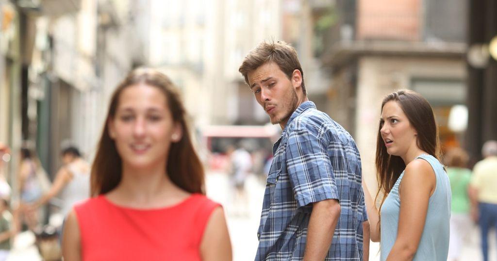 Aslinya foto ini berjudul Disloyal Man Walking With His Girlfriend and Looking Amazed at Another Seductive Girl. Karena begitu unik, banyak pihak menggunakannya sebagai meme. Foto: Antonio Guillem