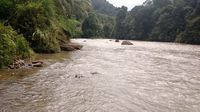 Sungai Sekayam di Suruh Tembawang, jadi transportasi menuju Entikong, apalagi bila jalan Paralel Perbatasan sedang rusak oleh air hujan