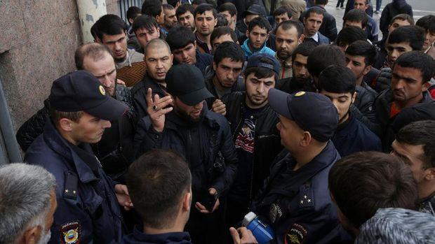 Demonstran di Saint Petersburg, Rusia berdebat dengan polisi dalam aksi mereka