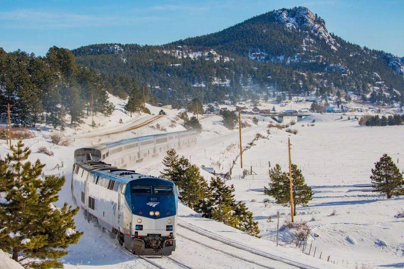 Kereta pertama yang mesti kamu naiki adalah California Zephyr. Kereta ini akan mengantarkan traveler dari Chicago menuju ke San Fransisco di AS. Pemandangannya sudah pasti indah dan keren (Marc Glucksman/Amtrak)