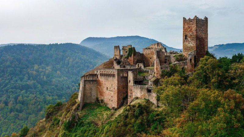 Chateau de Saint-Ulrich, Haut-Rhin, Prancis. Kastil adalah gerbang menuju awal peradaban awal, kata Connolly. Chateau de Saint-Ulrich adalah satu dari tiga benteng yang menghadap Kota Ribeauville di Prancis. Bangunan bangsawan Ribeaupierre itu ditinggalkan pada abad ke-16 selama Perang Tiga Puluh Tahun (Dok. CNN Travel)