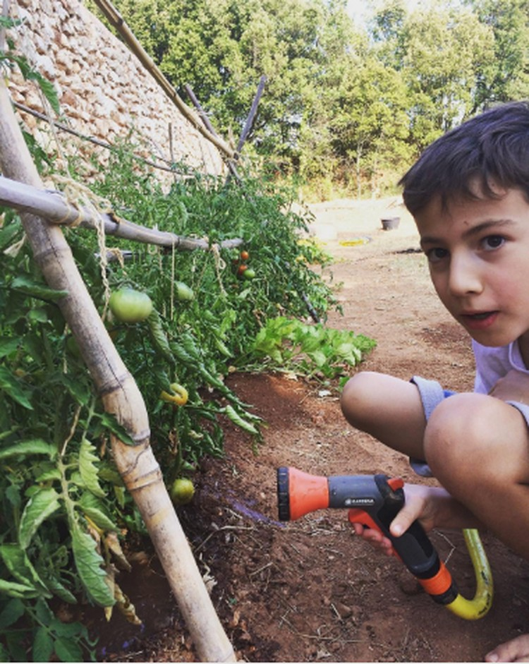 Ada bagusnya ketika weekend kita ajak si kecil berkegiatan di luar, salah satunya dengan berkebun. (Instagram: domaine_richeaume)