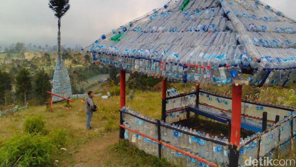Foto: Sampah Botol Plastik di Gunung Dibikin Gazebo