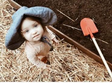 Tapi tetap ya Bun, awasi si kecil saat memakai peralatan berkebunnya. (Instagram: septembermiller)