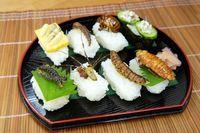 Sushi bertopping serangga.